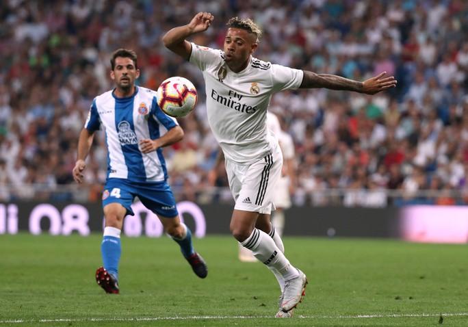 Trợ lý VAR đưa Real Madrid lên ngôi đầu La Liga - Ảnh 3.