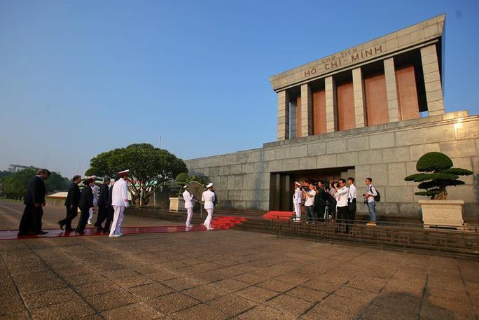Chùm ảnh đại biểu dự Đại hội XII Công đoàn Việt Nam viếng Lăng Chủ tịch Hồ Chí Minh - Ảnh 7.