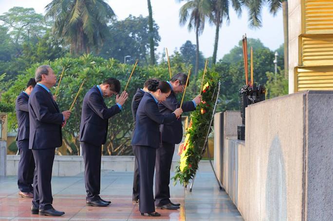 Chùm ảnh đại biểu dự Đại hội XII Công đoàn Việt Nam viếng Lăng Chủ tịch Hồ Chí Minh - Ảnh 4.