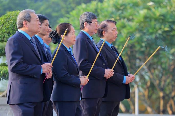 Chùm ảnh đại biểu dự Đại hội XII Công đoàn Việt Nam viếng Lăng Chủ tịch Hồ Chí Minh - Ảnh 3.