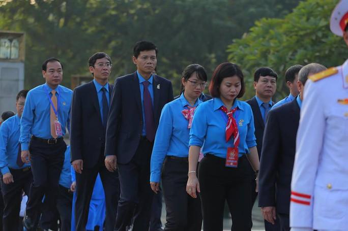 Chùm ảnh đại biểu dự Đại hội XII Công đoàn Việt Nam viếng Lăng Chủ tịch Hồ Chí Minh - Ảnh 6.