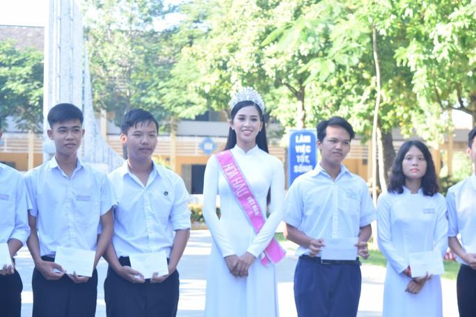 Hoa hậu Trần Tiểu Vy dự buổi chào cờ ở trường cũ - Ảnh 4.