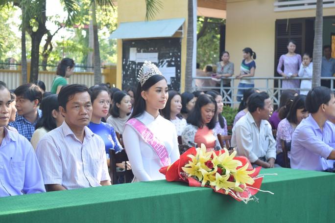 Hoa hậu Trần Tiểu Vy dự buổi chào cờ ở trường cũ - Ảnh 3.