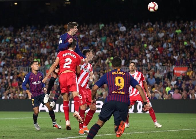 Trọng tài bẻ còi vì VAR, Barcelona suýt trắng tay trước Girona - Ảnh 6.