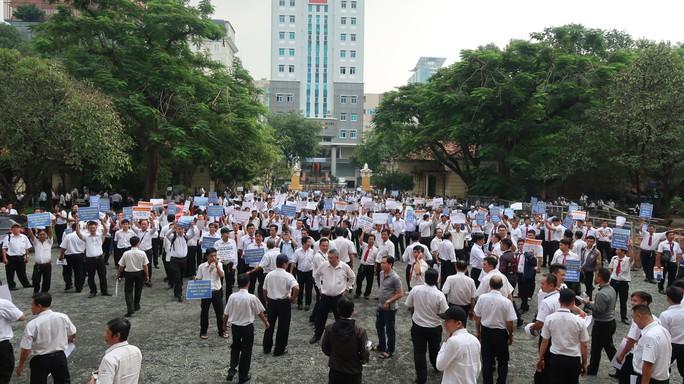 Hàng trăm tài xế Vinasun đến tòa phản đối Grab - Ảnh 2.