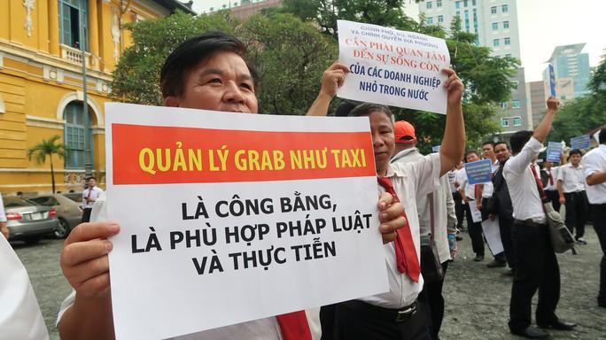 Hàng trăm tài xế Vinasun đến tòa phản đối Grab - Ảnh 3.