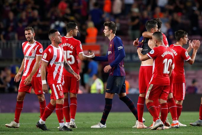 Trọng tài bẻ còi vì VAR, Barcelona suýt trắng tay trước Girona - Ảnh 7.