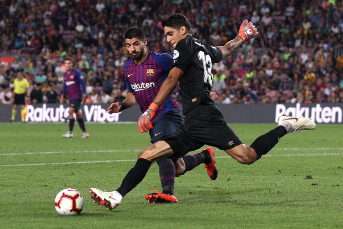 Trọng tài bẻ còi vì VAR, Barcelona suýt trắng tay trước Girona - Ảnh 2.