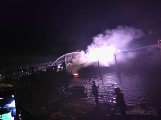 Quảng Nam: Tàu cá lại cháy trong đêm, thiệt hại tiền tỉ - Ảnh 1.