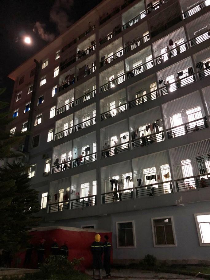Trắng đêm giải cứu người đàn ông leo lầu bệnh viện đòi tự tử - Ảnh 1.