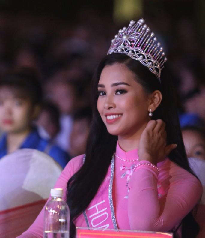 Hoa hậu Trần Tiểu Vy vui trung thu cùng trẻ em Quảng Nam - Ảnh 4.