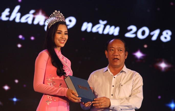 Hoa hậu Trần Tiểu Vy vui trung thu cùng trẻ em Quảng Nam - Ảnh 10.
