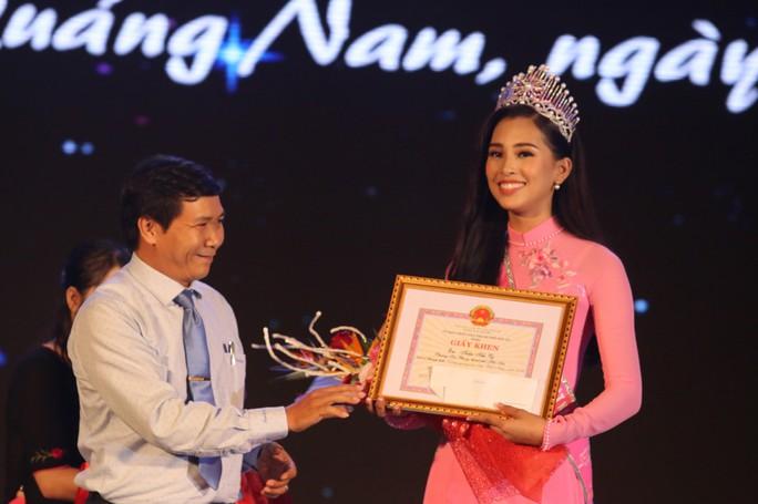 Hoa hậu Trần Tiểu Vy vui trung thu cùng trẻ em Quảng Nam - Ảnh 8.