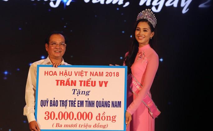 Hoa hậu Trần Tiểu Vy vui trung thu cùng trẻ em Quảng Nam - Ảnh 7.