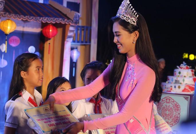 Hoa hậu Trần Tiểu Vy vui trung thu cùng trẻ em Quảng Nam - Ảnh 6.