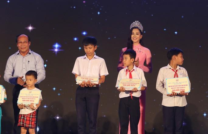 Hoa hậu Trần Tiểu Vy vui trung thu cùng trẻ em Quảng Nam - Ảnh 5.