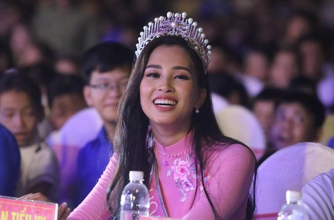 Hoa hậu Trần Tiểu Vy vui trung thu cùng trẻ em Quảng Nam - Ảnh 1.