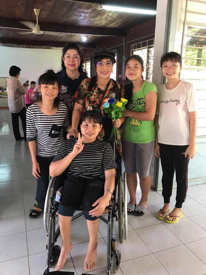 NSND Lệ Thủy mang cần câu cho người khuyết tật - Ảnh 4.