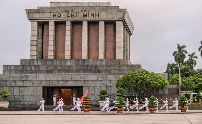 Toàn cảnh Lễ treo cờ rủ Quốc tang Chủ tịch nước Trần Đại Quang - Ảnh 8.