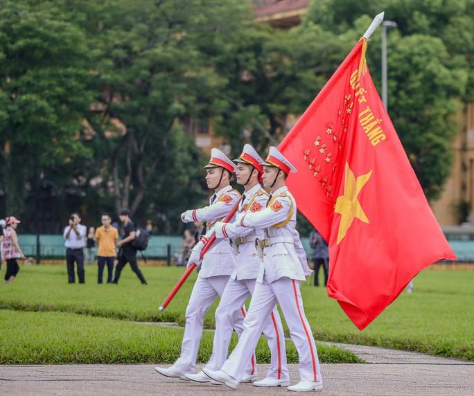 Toàn cảnh Lễ treo cờ rủ Quốc tang Chủ tịch nước Trần Đại Quang - Ảnh 3.