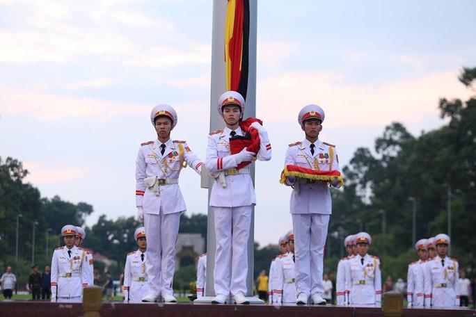 Toàn cảnh Lễ treo cờ rủ Quốc tang Chủ tịch nước Trần Đại Quang - Ảnh 13.