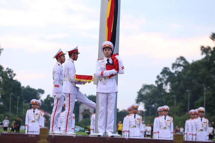 Toàn cảnh Lễ treo cờ rủ Quốc tang Chủ tịch nước Trần Đại Quang - Ảnh 14.