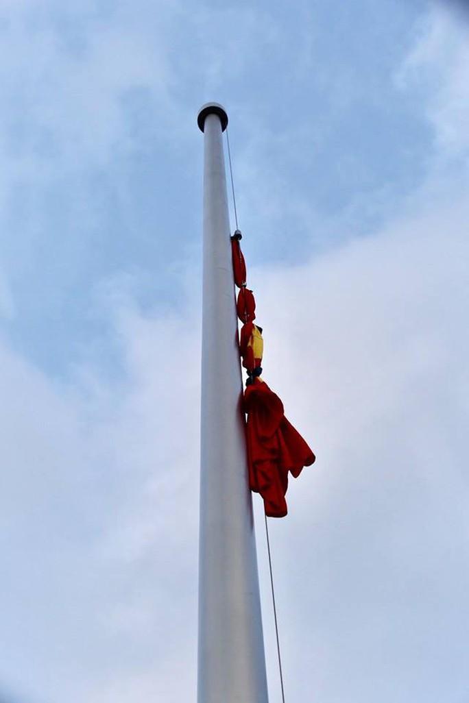 Toàn cảnh Lễ treo cờ rủ Quốc tang Chủ tịch nước Trần Đại Quang - Ảnh 19.