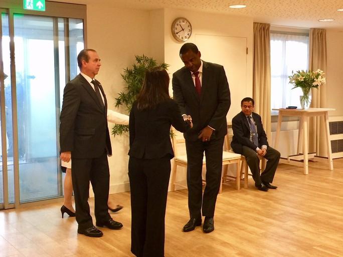 Lãnh đạo nước ngoài đến Đại sứ quán viếng Chủ tịch nước Trần Đại Quang - Ảnh 4.