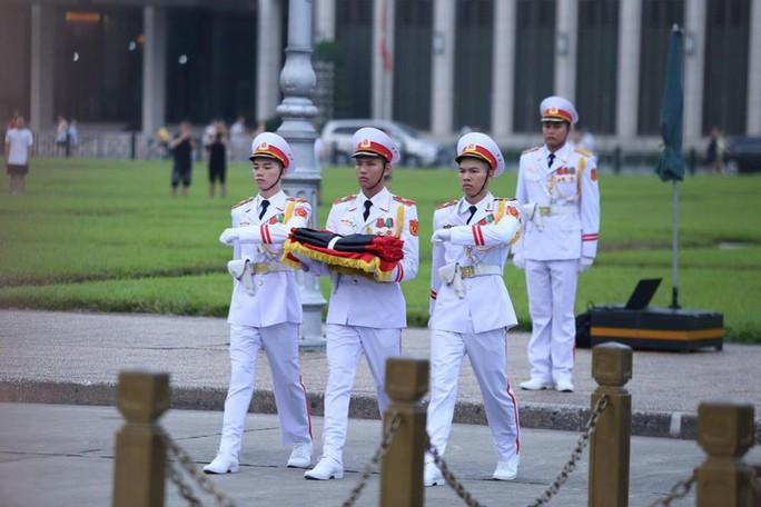 Toàn cảnh Lễ treo cờ rủ Quốc tang Chủ tịch nước Trần Đại Quang - Ảnh 9.