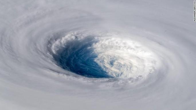 Siêu bão Trami đầy đe dọa nhìn từ không gian - Ảnh 1.