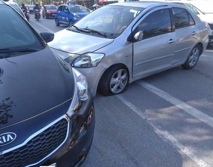 Video clip tài xế thoát chết hy hữu khi ôtô bị xe khác nổ lốp tông - Ảnh 1.