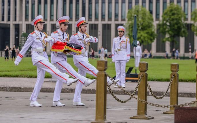Toàn cảnh Lễ treo cờ rủ Quốc tang Chủ tịch nước Trần Đại Quang - Ảnh 10.