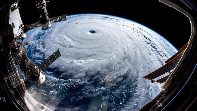 Siêu bão Trami đầy đe dọa nhìn từ không gian - Ảnh 2.