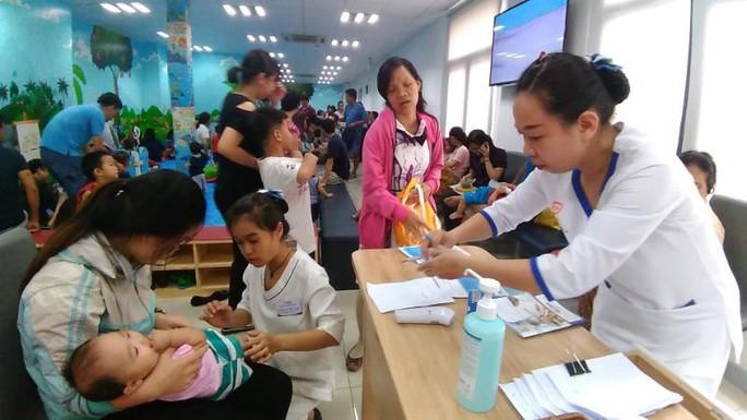 Nhiều trẻ mắc bệnh sởi, tay chân miệng - Ảnh 1.