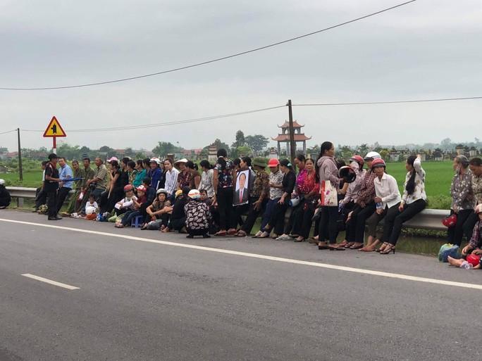 Linh xa Chủ tịch nước Trần Đại Quang về tới quê nhà - Ảnh 5.