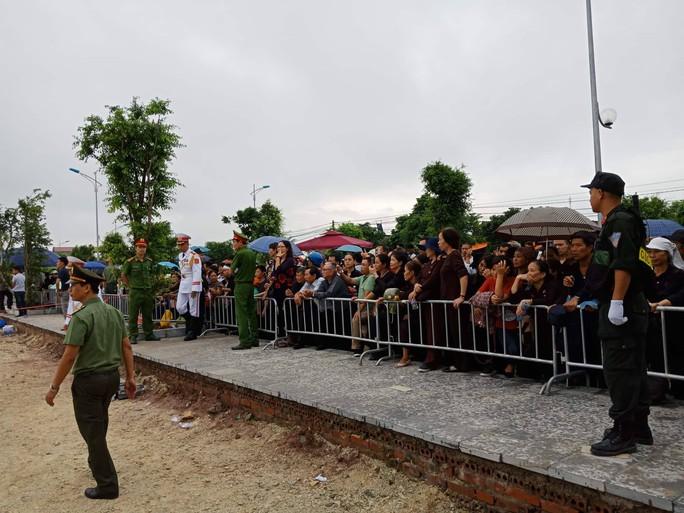 Linh xa Chủ tịch nước Trần Đại Quang về tới quê nhà - Ảnh 6.