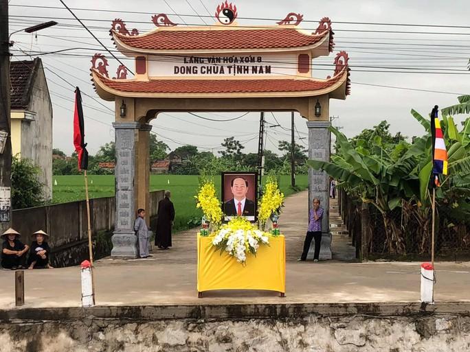 Linh xa Chủ tịch nước Trần Đại Quang về tới quê nhà - Ảnh 7.
