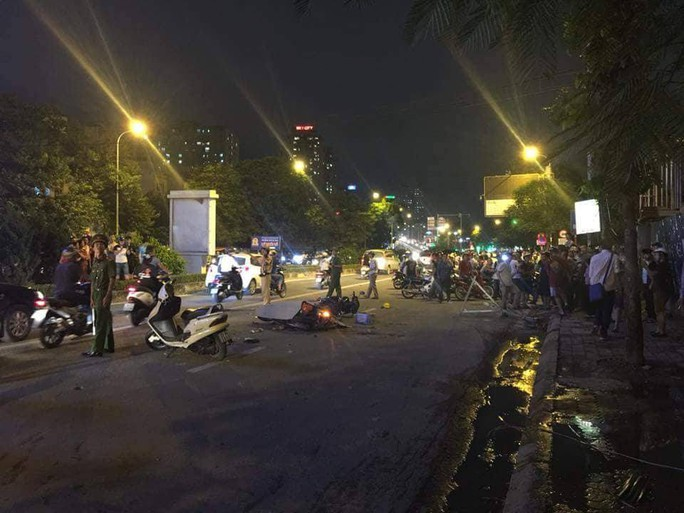 Thanh sắt công trường rơi xuống đường, cô gái trẻ tử vong tại chỗ - Ảnh 3.