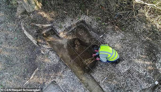 Làm đường, đào trúng… hai bộ hài cốt bộ lạc Amazon - Ảnh 1.