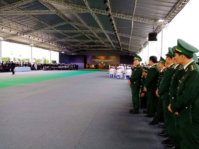 Linh xa Chủ tịch nước Trần Đại Quang về tới quê nhà - Ảnh 9.