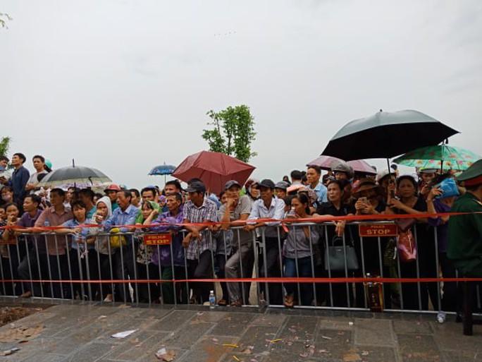 Linh xa Chủ tịch nước Trần Đại Quang về tới quê nhà - Ảnh 15.