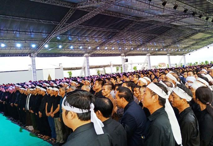 Người dân quê nhà rơi lệ xem Lễ truy điệu Chủ tịch nước Trần Đại Quang - Ảnh 4.