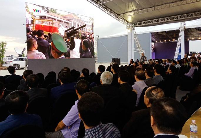 Người dân quê nhà rơi lệ xem Lễ truy điệu Chủ tịch nước Trần Đại Quang - Ảnh 2.