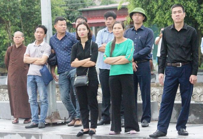 Người dân quê nhà rơi lệ xem Lễ truy điệu Chủ tịch nước Trần Đại Quang - Ảnh 11.