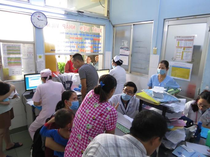 Hàng trăm trẻ nhập viện vì bệnh tay chân miệng - Ảnh 2.