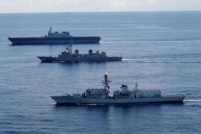 Tàu chiến Anh tập trận với Nhật trước khi đến biển Đông - Ảnh 1.