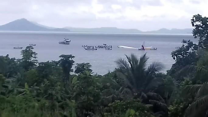 Máy bay rơi xuống biển, tàu cao tốc ùa ra cứu toàn bộ khách - Ảnh 2.