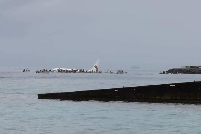 Máy bay rơi xuống biển, tàu cao tốc ùa ra cứu toàn bộ khách - Ảnh 1.