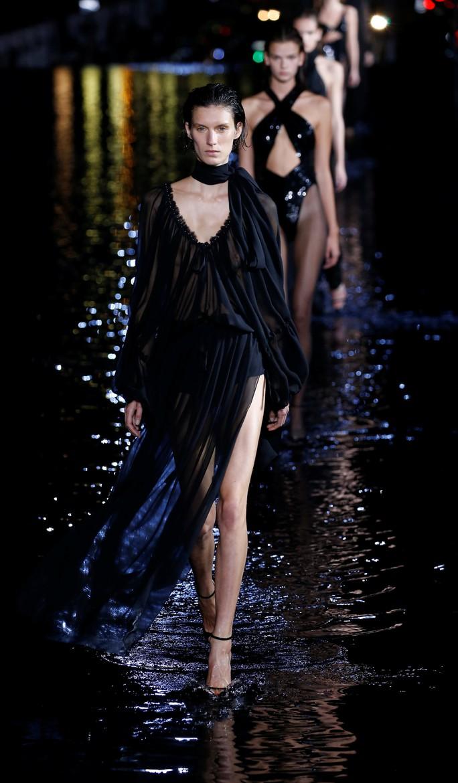 Dàn người mẫu lướt trên nước dưới chân tháp Eiffel - Ảnh 13.