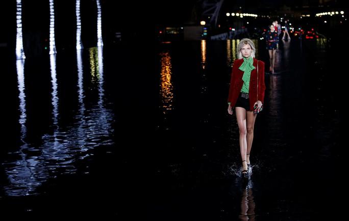 Dàn người mẫu lướt trên nước dưới chân tháp Eiffel - Ảnh 2.
